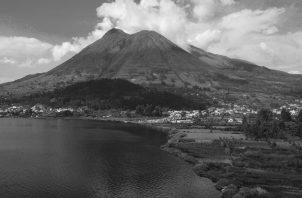 Vista del volcán Cotacachi, en Ecuador, que estuvo activo hace más de 2000 años. Su cráter colapsó hacia adentro, formando una laguna con nieve derretida. Es el único volcán de la provincia de Imbabura que tiene nieve. Foto: EFE.