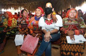 108 mujeres indígenas de la Comarca Kuna de Madugandí recibieron insumos para la implementación de granjas avícolas. Foto: Cortesía Mides