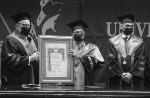 """El Dr. Alfredo Figueroa Navarro, especialista en sociología y catedrático de la Facultad de Humanidades, recibe el """"Premio Universidad 2021"""", en un acto en el Paraninfo Universitario, el pasado 8 de octubre. Foto: Cortesía Universidad de Panamá."""