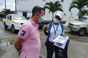 Personal del Minsa verifica que los feligreses cumplan con las medidas de bioseguridad. Foto: Diomedes Sánchez