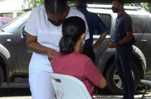 El equipo PanavaC19 se mantiene aplicando la dosis de refuerzo al personal de primera línea. Foto: Cortesía Minsa