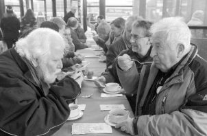 Nuestro gran reto hoy día es luchar por los derechos de los adultos mayores y los valores familiares.  Vemos abuelitos abandonados que escasamente pueden comer una vez al día, ¿es eso justo?  Foto: EFE.