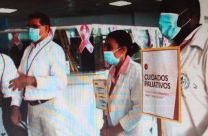 Se repartieron folletos y explicó a las personas el trabajo que se realiza con los pacientes. Foto: Mayra Madrid.