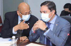 El ministro de Economía, Héctor Alexander (izq.) conversa con el viceministro de Finanzas, Jorge Almengor (der.) durante el debate. Foto: Cortesía