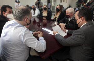 El expresidente Ricardo Martinelli y su equipo de defensa se reunió ayer con la directiva del Colegio Nacional de Abogados. Foto: Víctor Arosemena