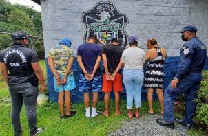 Dos mujeres y tres hombres fueron detenidos por presunto microtráfico en El Chorrillito de Vacamonte. Foto: Eric Montenegro