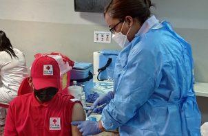 Personal de salud aplica la tercera dosis de la vacuna de Pfizer al personal de la Cruz Roja Panameña. Foto: Cortesía @CSSPanama