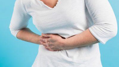 Los dolores abdominales intensos, o si tiene un color amarillento en la piel, son señales de que se está padeciendo de un problema en la vesícula. Foto ilustrativa / Freepik.