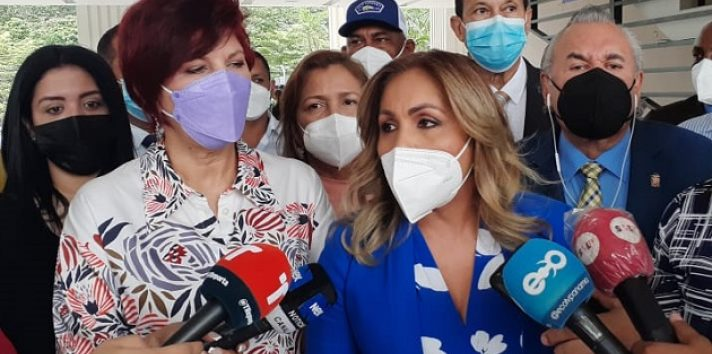 La diputada Yanibel Ábrego da los detalles de la denuncia contra el partido Cambio Democrático. Foto: Víctor Arosemena