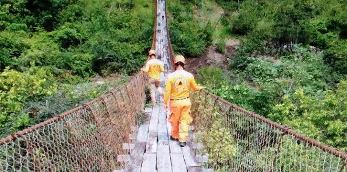Es riesgoso para los pobladores utilizar el puente, ya que una caída resultaría fatal. Foto: Eric A. Montenegro