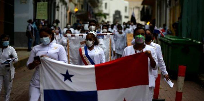 Cientos de enfermeras participaron en una marcha hacia la Presidencia de la República. Foto: EFE