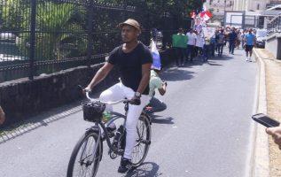 Eduardo Grimaldo en protesta contra la corrupción en la Asamblea, la semana pasada.  Edwards Santos