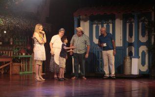 Ivette Cordovez, Nuria Mateu, Paul Salazar, Didimo Cerrud y Rogelio Bustamante. Escena: Andy y sus padres en casa de los abuelos. Víctor Arosemena.