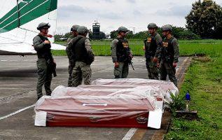 Los cuerpos encontrados en una zona del sur de Colombia,  fronteriza con Ecuador,  fueron trasladados por las autoridades a Cali. EFE