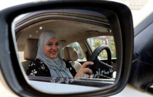 Lamia al Husein, empleada en un banco, llegó hoy al trabajo al mando de su coche, conduciendo por las calles de Riad.
