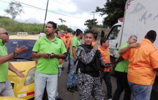 Tras la protesta se suscitó un altercado entre los taxistas y el conductor de un vehículo.   Fotos:  Eric Ariel Montenegro