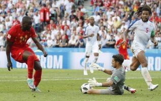 Jaime Penedo retiene un remante del belga Romelu Lukaku. Foto AP