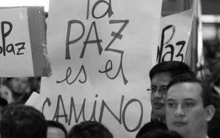 Colombianos se manifiestan por la paz de su país.