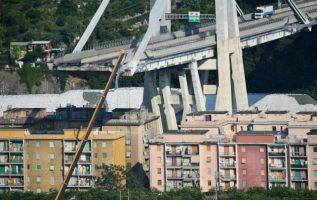 Ahora la prioridad es la reubicación de unas 600 personas que vivía en los edificios cercanos al puente. FOTO/AP