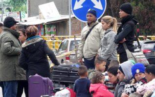 Venezolanos esperan en el puente internacional de Rumichaca. EFE