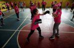 Un grupo de mujeres entrena técnicas de defensa personal en el gimnasio Heliodoro Patiño en San Francisco (Panamá). EFE