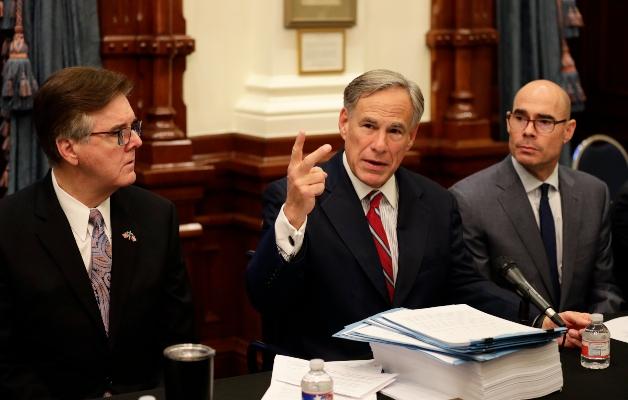 El gobernador de Texas Greg Abbott, generó polémica al conocerse sobre un escrito que promueve la violencia. FOTO/AP